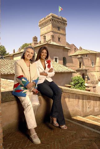 Laura e Lavinia Biagiotti fotografate davanti al castello del Marco Simone Golf & Country Club