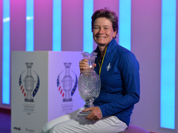 Catriona Matthew, capitana della squadra europea, con il trofeo di cristallo della Solheim Cup