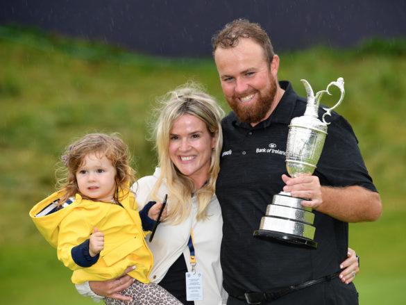 Shane Lowry con la Claret Jug dopo il successo nell'Open Championship 2019, in compagnia della moglie Wendy e della figlia Iris