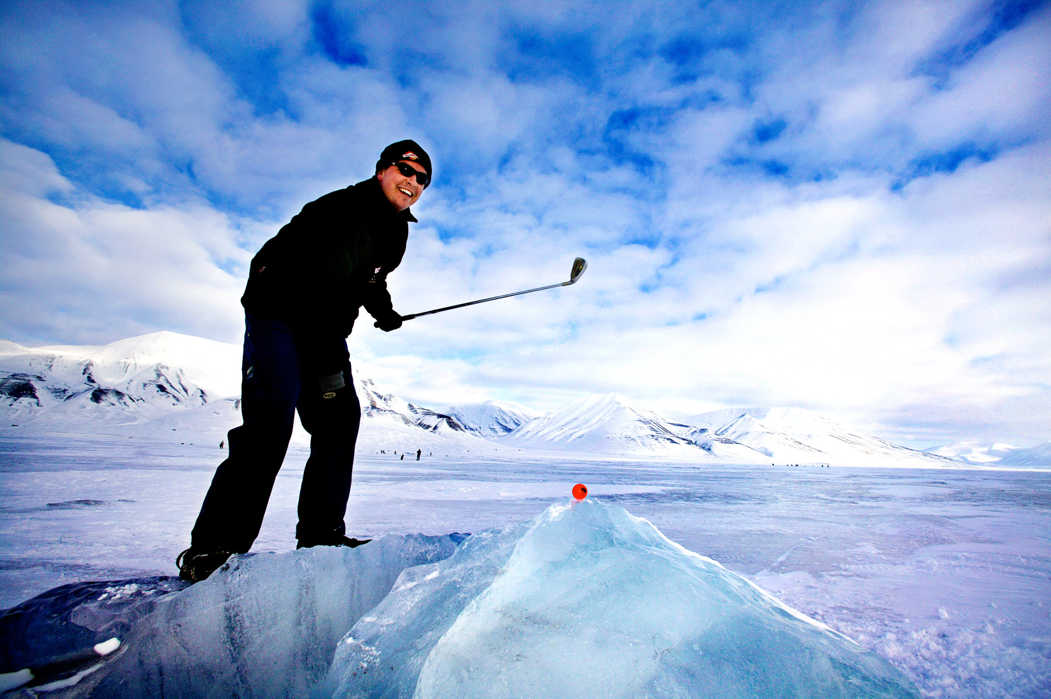 golf_tips_dove_giocare_a_golf_inverno_man_playing_golf_on_ice