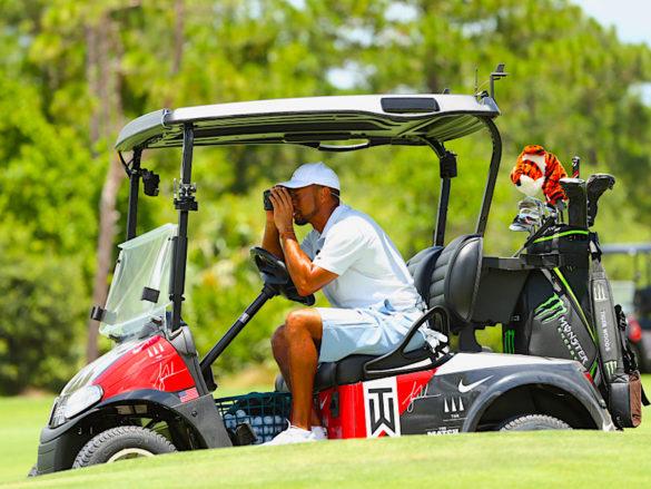 Tiger Woods durante una recente esibizione per beneficenza: quando deciderà di tornare a giocare sul Tour dopo uno stop che ormai da febbraio