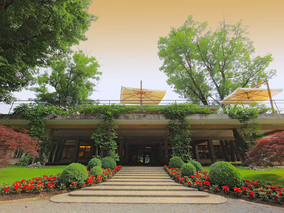 L'ingresso della clubhouse del Golf Club Milano, situato all'interno della splendida cornice del Parco di Monza