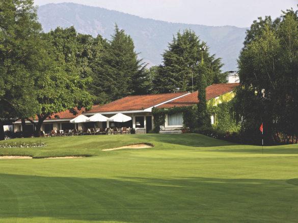 La splendida clubhouse del Circolo Golf Torino La Mandria, una costruzione bassa, sullo stile di un tipico cottage britannico, perfettamente integrata nell'ambiente che la circonda